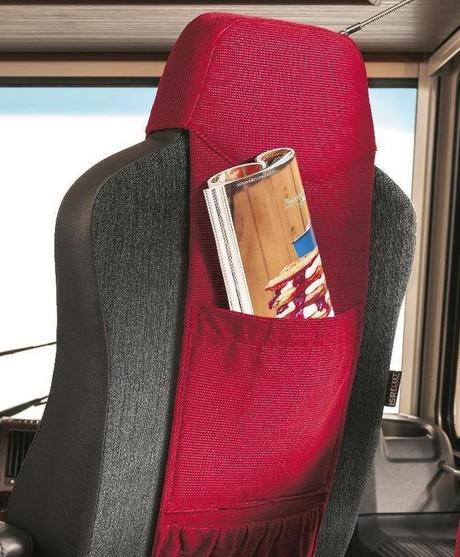 Tasche im Rücken eines Beifahrersitzes